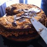 Chocolade hazelnootpralinee taart met ganache