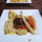 Witte asperges met biefstuk, wortel en zelfgemaakte frieten