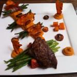 Een malse haasbiefstuk geserveerd met een trio van wortels